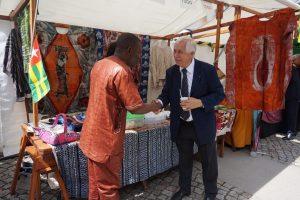 Des visiteurs heureux de découvrir des produits de qualité et de déguster des mets togolais.