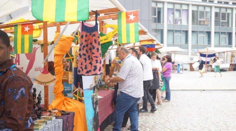 Des visiteurs heureux de découvrir des produits de qualité et de déguster des mets togolais.11