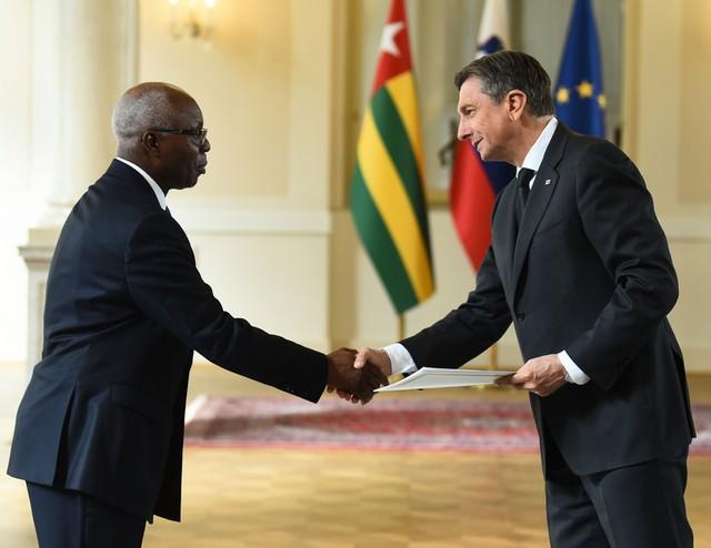 Ljubljana, predsedniska palaca. Novoimenovani izredni in pooblasceni veleposlanik republike Togo Komi Bajedze Dagoh je predsedniku republike Borutu Pahorju predal poverilno pismo.